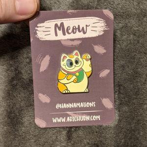 Hannamations art pin, lucky cat manekineko